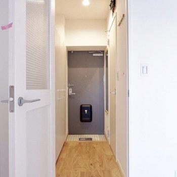 来客時に玄関からお部屋は見えないので、宅配なども安心です。