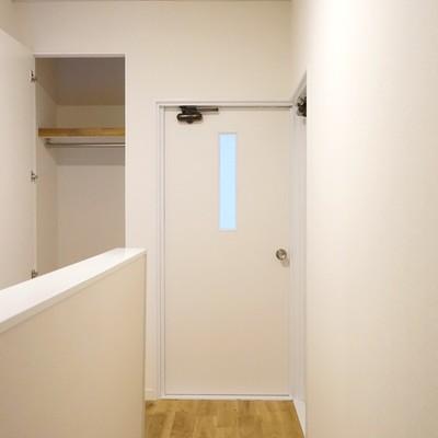【2階】階段上がったところにもハンガー掛け付きの収納