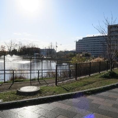 少路駅からのお部屋までの道のりには広い公園も!