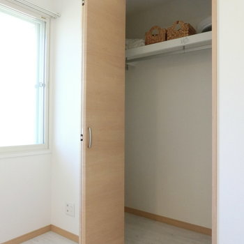 こちらは寝室の収納。