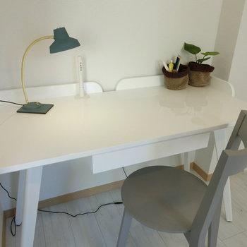 白いテーブルとグレーの椅子。