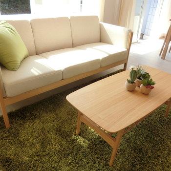 ソファーとテーブル。緑とベージュの相性もバッチリ。