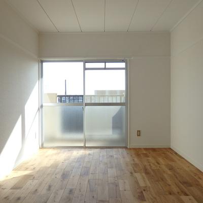 南側の寝室は日が入って気持ちいい…