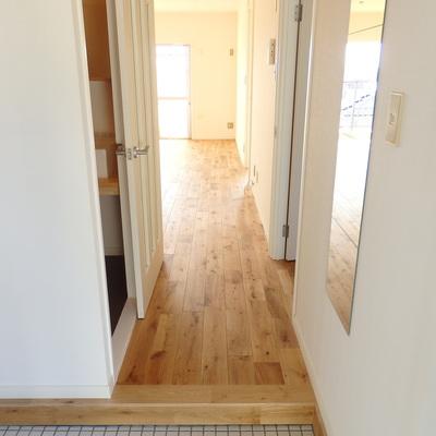 白タイルの玄関もgoodroomのこだわりです