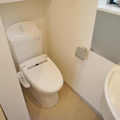 トイレはここに。窓付です。 ※写真は前回募集時のものです