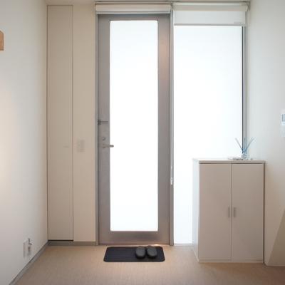 居室1.玄関扉が縦長に。 ※写真は前回募集時のものです