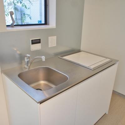 キッチンはシンプル、コンパクト。 ※写真は前回募集時のものです