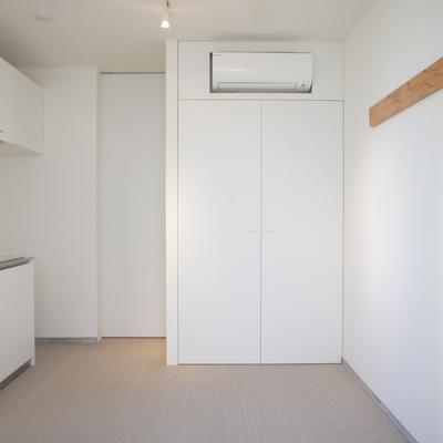 居室1。玄関を開けてこちら。 ※写真は前回募集時のものです