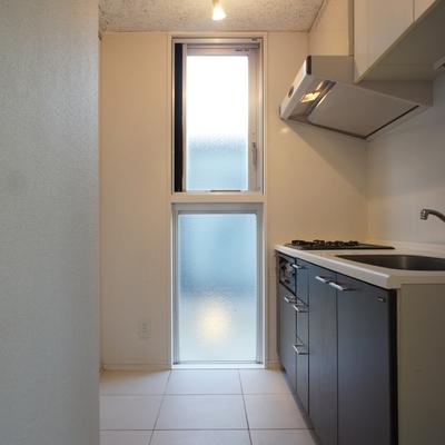 キッチンスペース。窓もあって気持ちいい。