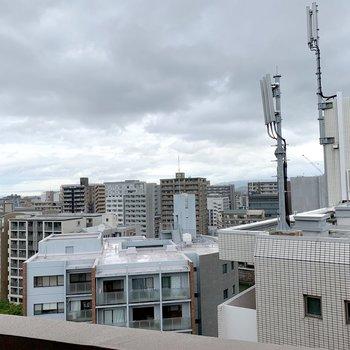 バルコニーからの眺望、左を向くとマンション群。