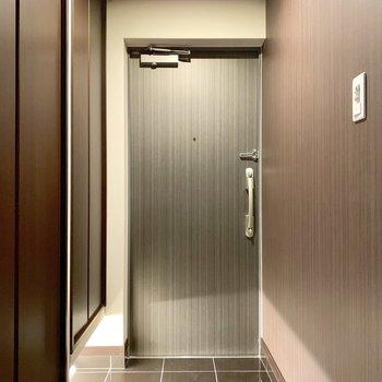 玄関はシックにオトナな雰囲気。