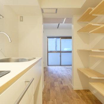 玄関廊下のキッチンと収納もスタイリッシュ※写真は同間取り1階の別部屋です