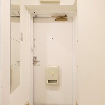 玄関も清潔感の有るデザイン!白タイルを敷き詰めた玄関が◎※写真は同間取り1階の別部屋です