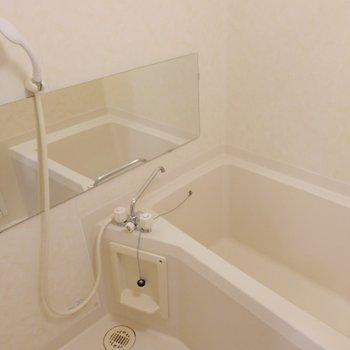お風呂は横に長い鏡付きです!