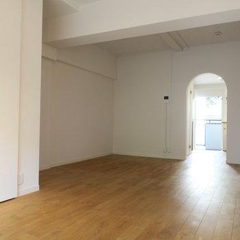 白塗装と無垢床がマッチしてます。