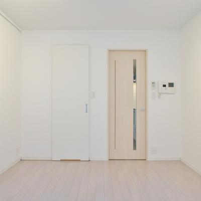 ドアも空間に合わせてナチュラルなものを