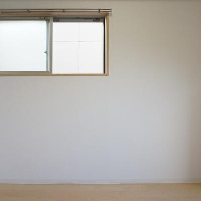 角部屋なので小窓が付いてきます