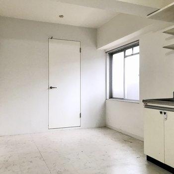 右がクローゼット。左に先程の洋室とサニタリーへの扉があります(※写真は清掃前のものです)
