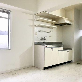 キッチンには棚がたくさんあって、調味料も片付けやすそう◯(※写真は清掃前のものです)