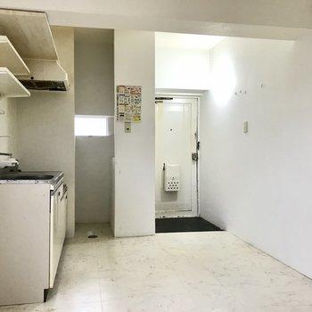 そしてさらに扉をあけるとキッチンスペースに繋がっていました!(※写真は清掃前のものです)