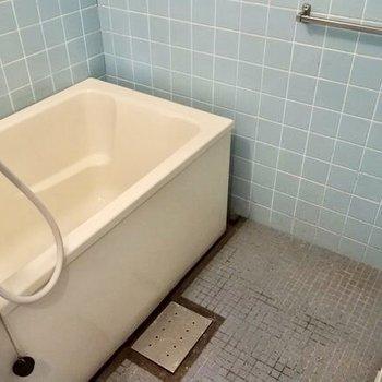お風呂はかなりレトロ。だけど換気扇もあるし、サーモ水栓で温度調節はしやすいですよ!(※写真は清掃前のものです)