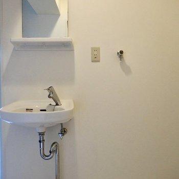 むき出しの洗面台が無骨で素敵。洗濯機は右側に!(※写真は清掃前のものです)