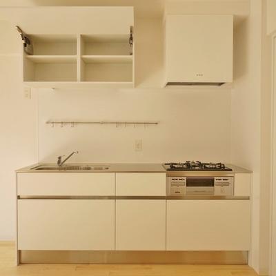 ゆたっりとしたサイズのキッチン。※写真は101号室です。