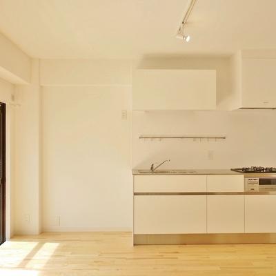 キッチン横には、いろいろ置けそう。※写真は101号室です。