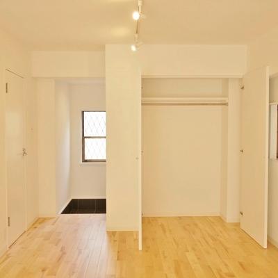 収納も付いた洋室。※写真は101号室です。