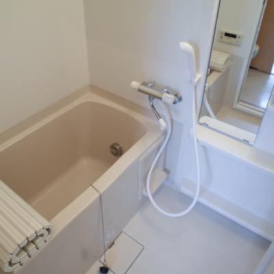 お風呂はシンプル。※写真は2階の同間取り別部屋のものです