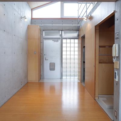 【下階】コンクリートと木の組み合わせってやっぱりおしゃれ。※写真は2階の同間取り別部屋のものです
