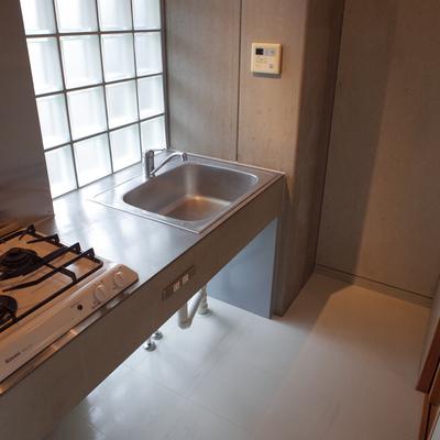 ステンレス製のキッチンがかっこいい。※写真は2階の同間取り別部屋のものです
