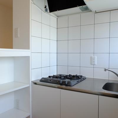 キッチンは白タイル