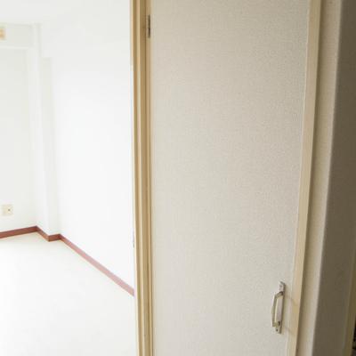 キッチン横には大きめ収納スペース