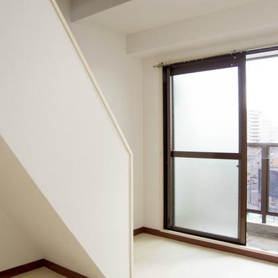 見よこの角度!階段下にも収納可