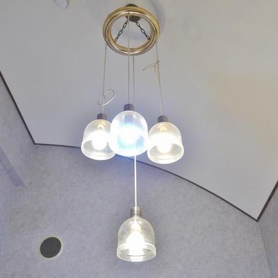 お洒落なライトが部屋を照らしてくれる。※写真は前回撮影時のもの