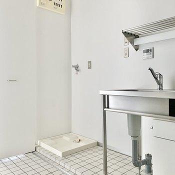 扉を開くと、洗濯機置き場が。※写真は通電前、前回募集時のものです