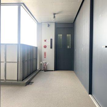 お部屋はエレベーターすぐの角部屋です。※写真は前回募集時のものです