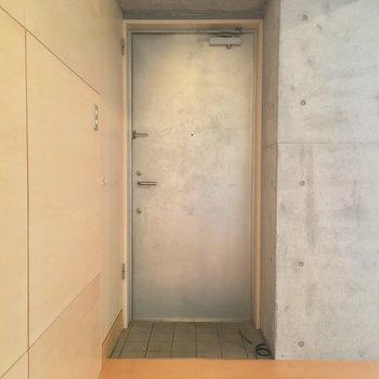 玄関はコンパクト、左の扉は…?