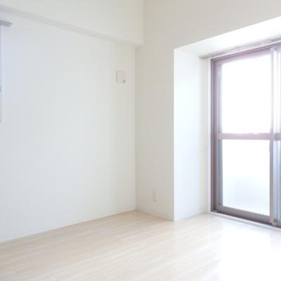 玄関入って左側の洋室も2面採光で明るい!