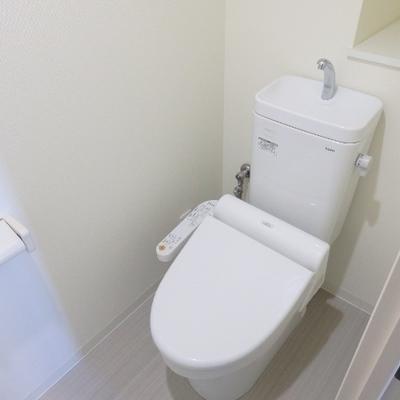 シンプルなトイレ。後ろの棚が嬉しい