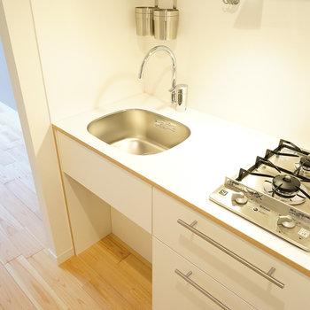 キッチンは2口ガス、TOMOSオリジナルの白色です♪