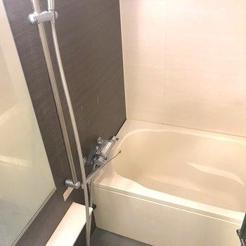 お風呂はトイレと隣接しています。
