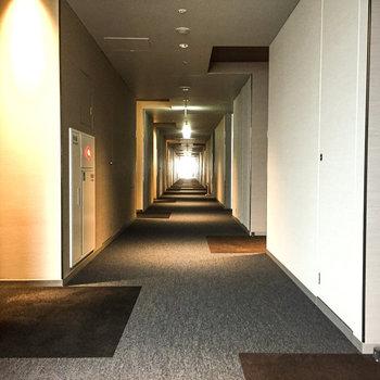 玄関前の共用廊下、まるでホテルのよう