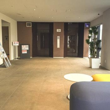 13階のレセプションエリア、こちらでエレベーターを乗り換えて15階に上がります