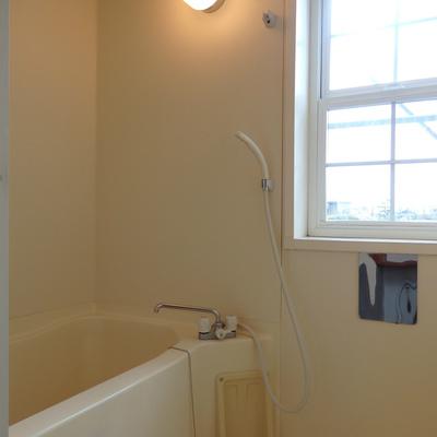 2階へ。窓付きのお風呂