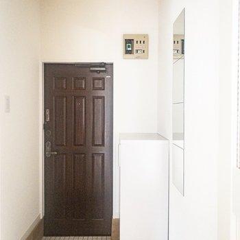 玄関には白タイル、鏡とコート掛けも嬉しいポイントです◎
