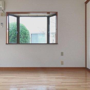 【工事前】寝室からリビング側をみると、出窓が映えますね!