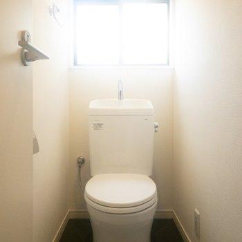 トイレは手洗い場付き。窓も嬉しいですね!