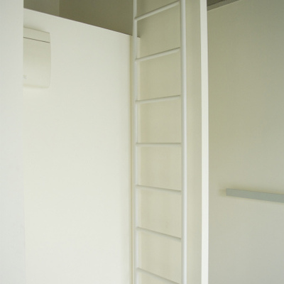 ハシゴも白で統一。※写真は同間取り別部屋